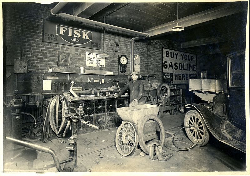 Old mechanic garage the image kid has it for Garage reparation ford