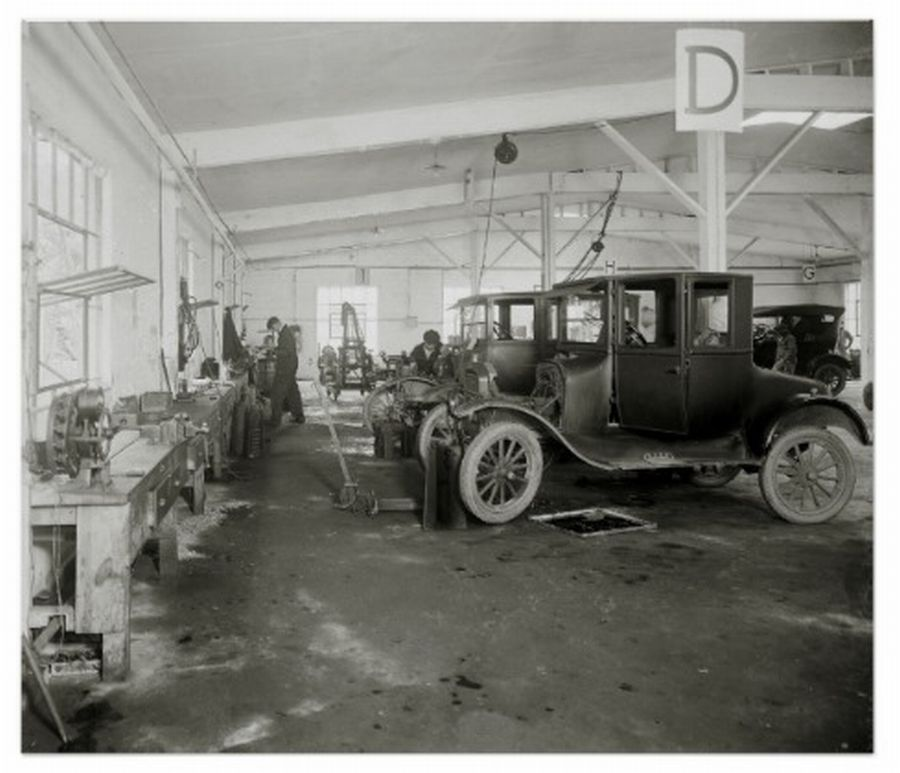 Model t ford forum old photo in the repair shop for Garage ford vernon