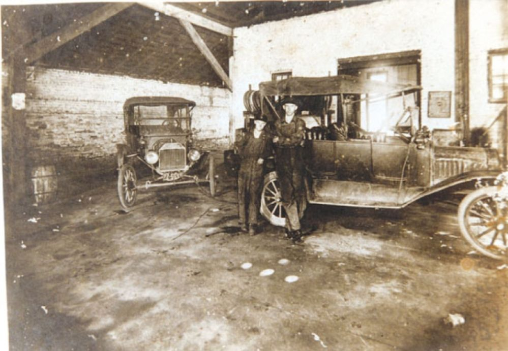 Model t ford forum old photo a ford garage for Garage ford saint louis