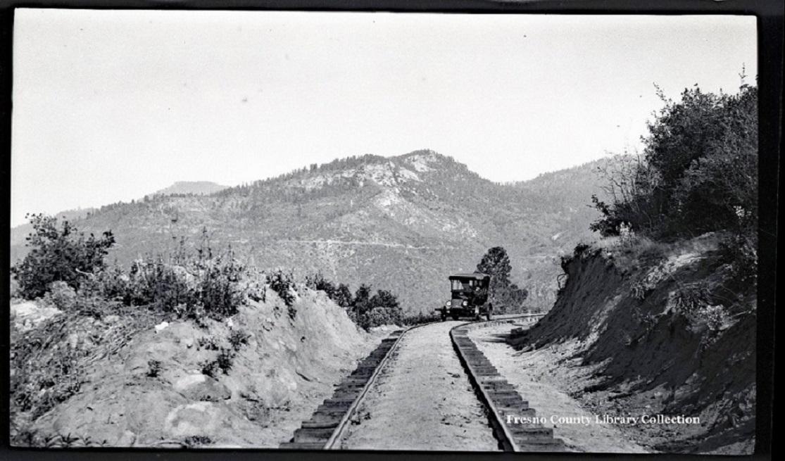 Pic_ModelT_on_San Joaquin-&-Eastern-RR_1924